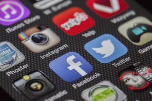 Smartphone-Dsiplay zeigt mehrer App-Icons